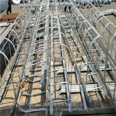 桥墩检查梯 渗锌角钢支架 爬梯 吊篮 空实心墩身吊围栏